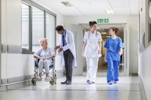 Służba zdrowia i branża medyczna - przykład korytarza szpitalnego